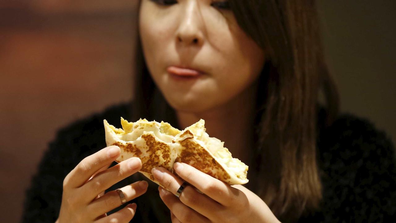 Se alimentar enquanto caminha pode ser prejudicial para a dieta