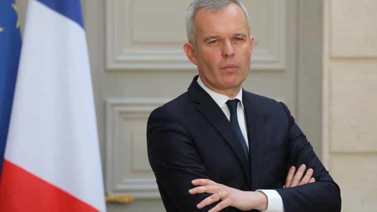 Acusado de oferecer jantares caros, ministro francês renuncia ao cargo