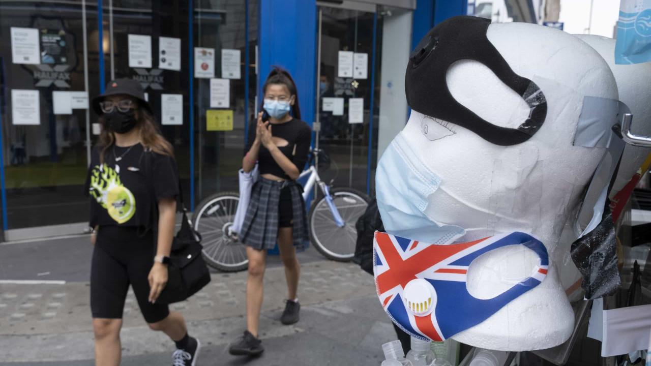 Reino Unido tem 3.395 novas infecções, 21 mortes e aperta restrições