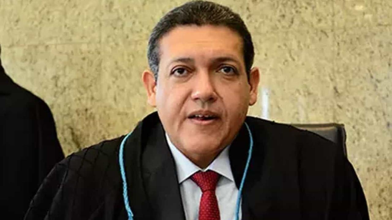 Ministro Kassio Nunes adia julgamento sobre política de armas de Bolsonaro