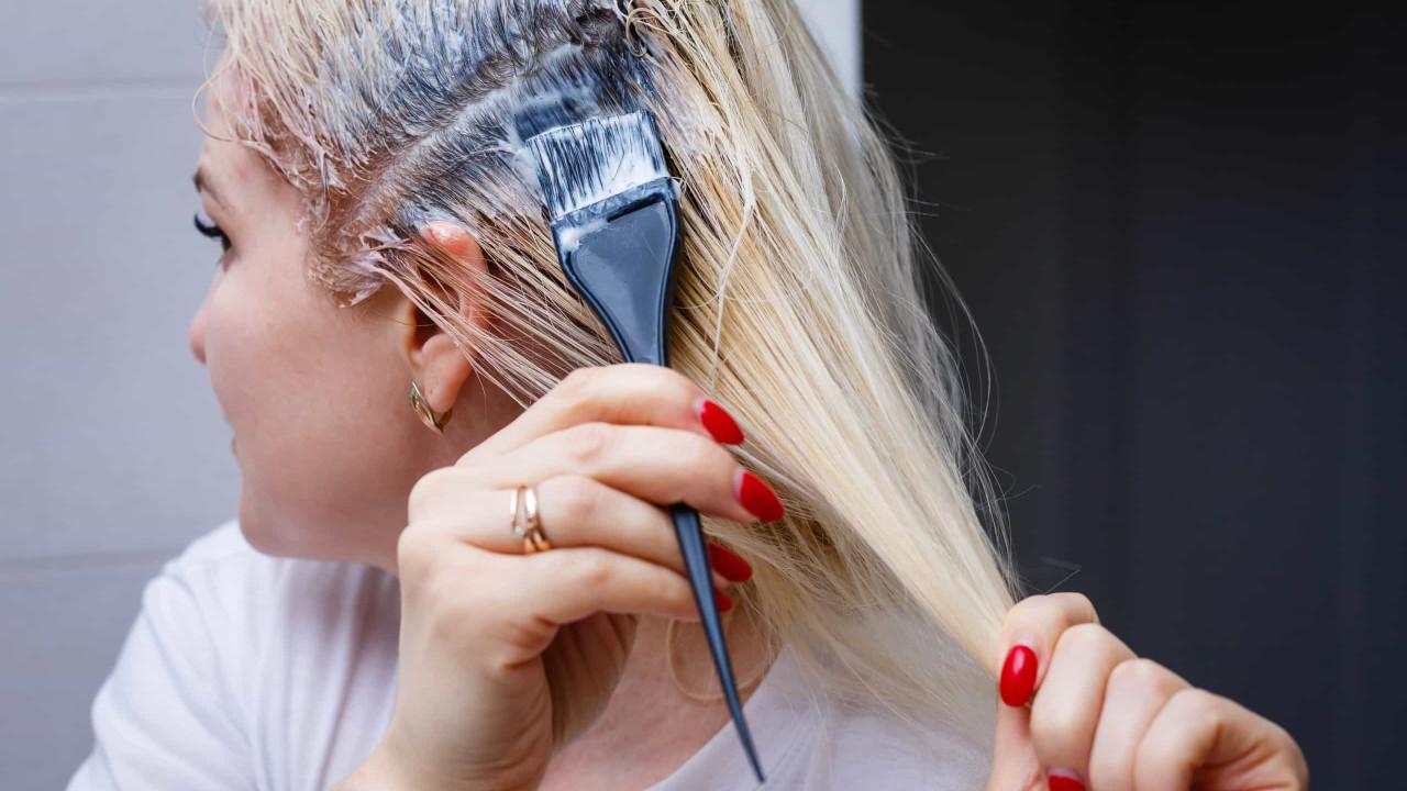 Truque fácil para remover manchas de tinta de cabelo da pele