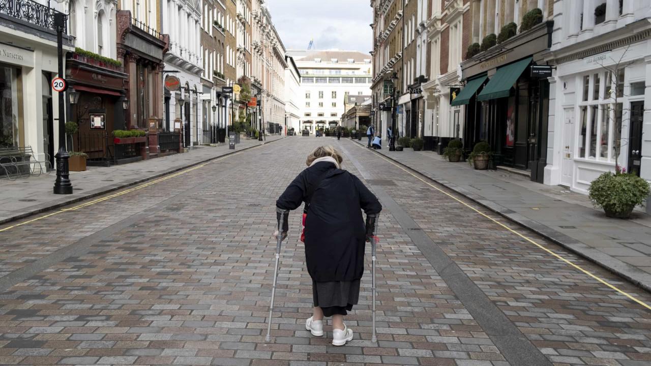 Britânicos com mais de 80 anos quebram confinamento após 1º dose, indica levantamento