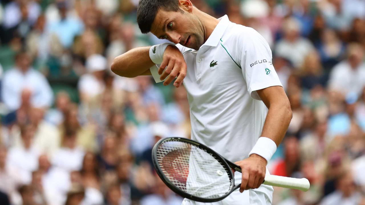 Djokovic se irrita, quebra raquete, perde para espanhol e fica sem medalha individual no tênis