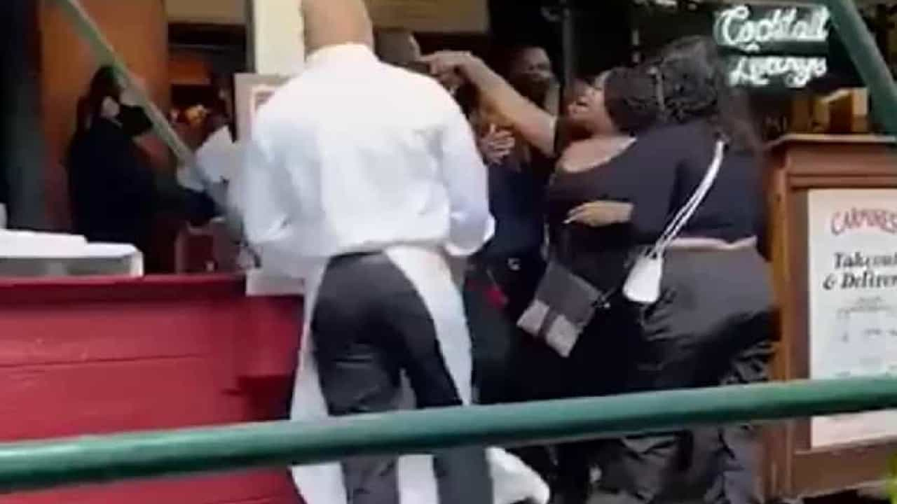 Turistas atacam funcionária de restaurante que pediu comprovante de vacinação em Nova York