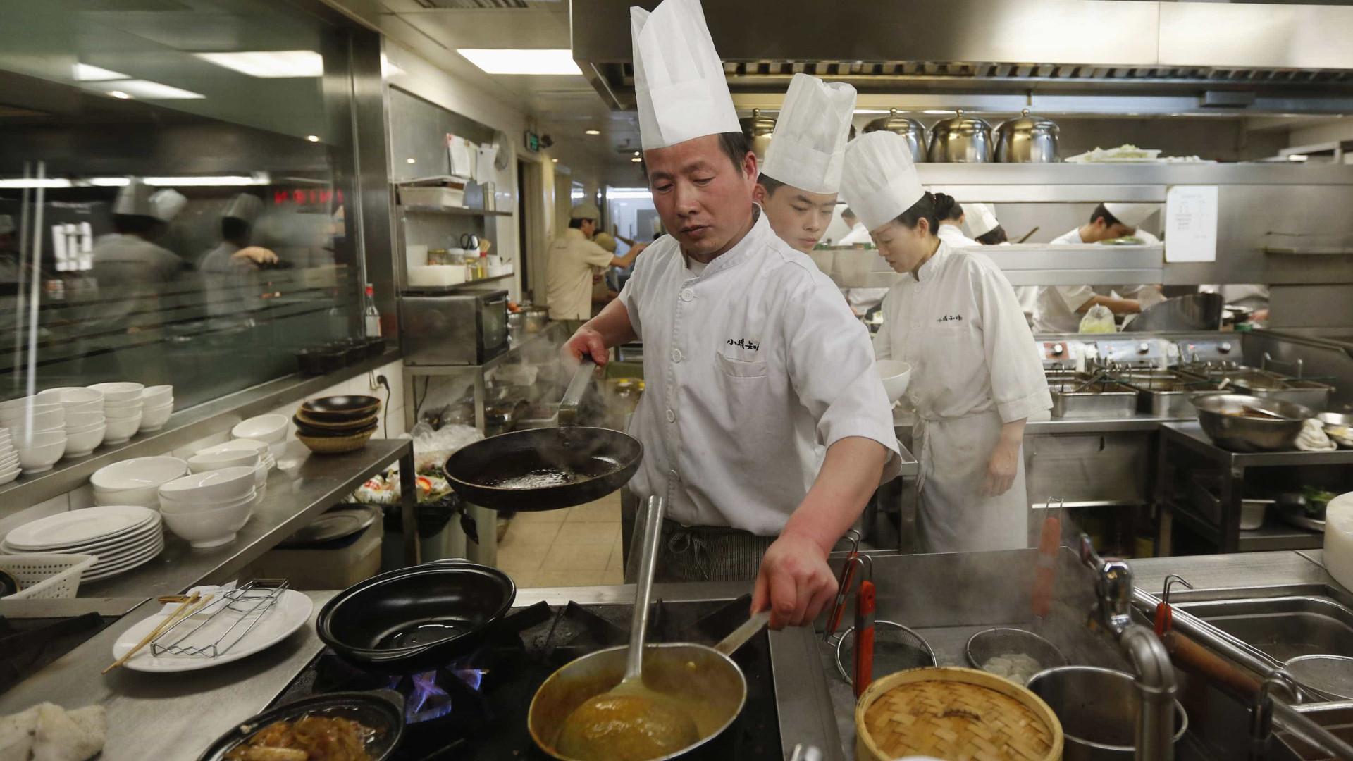 """Restaurante faz refeições com """"lixo"""" de supermercados"""