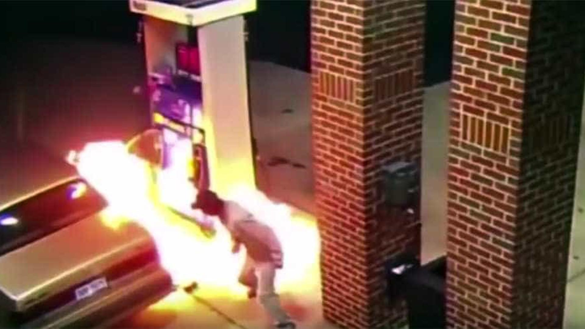 Homem coloca fogo em posto de gasolina ao tentar matar aranha