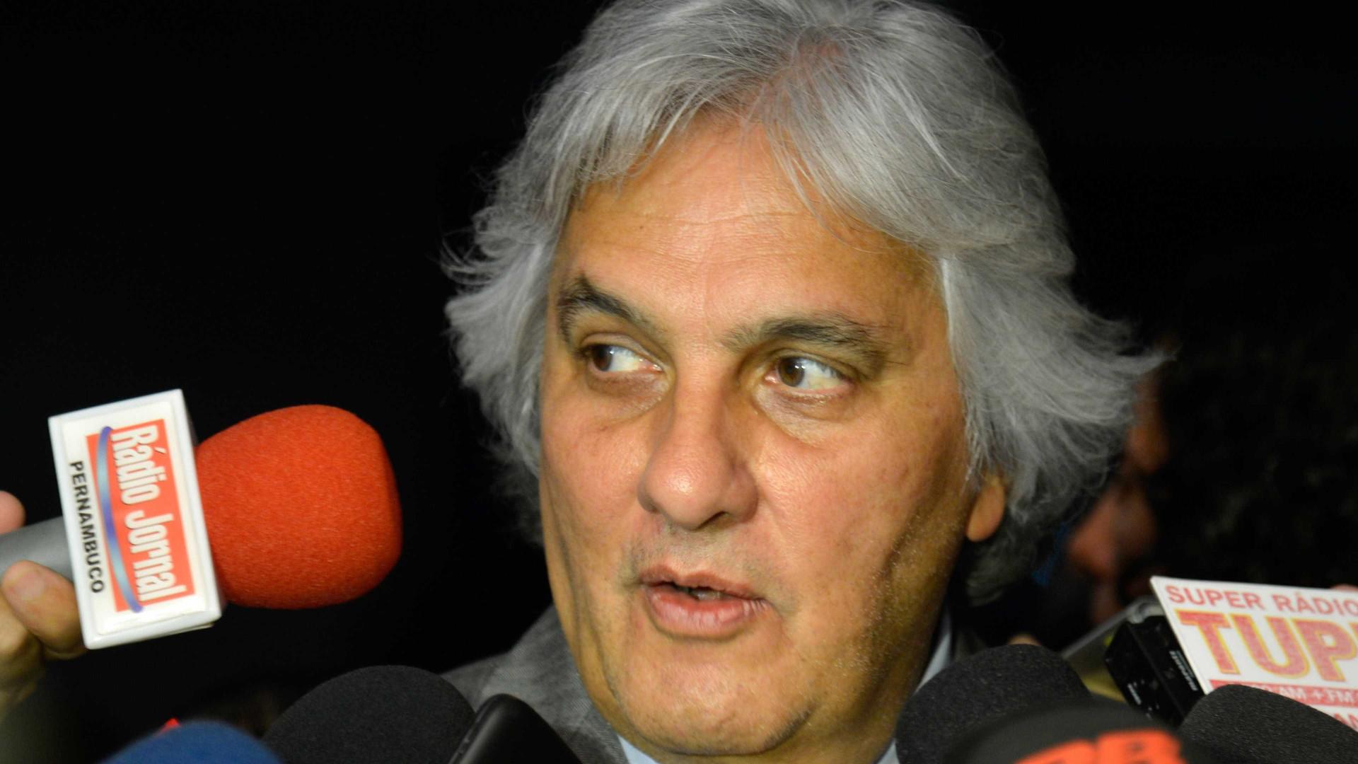 Delcídio fica transtornado em depoimento após saber das críticas de Lula