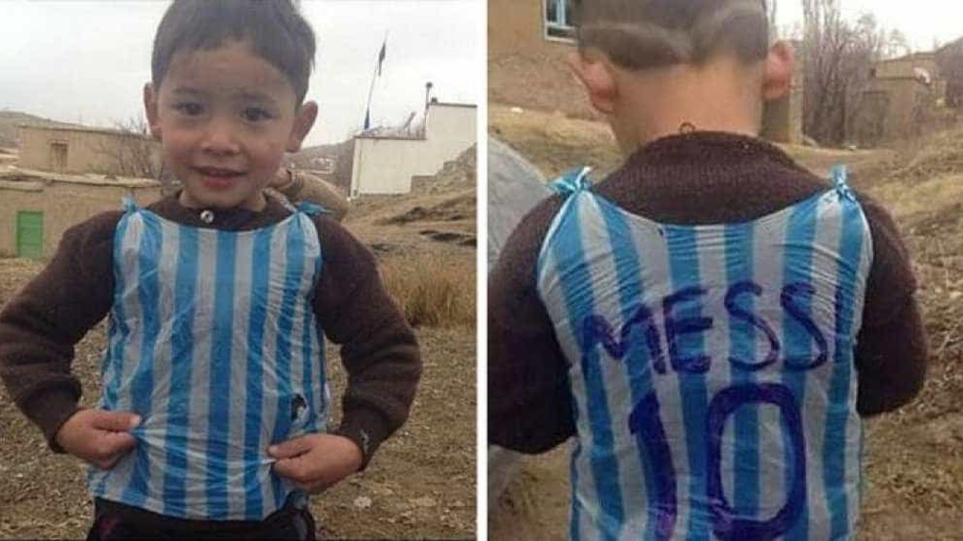 Menino que fez camisa de Messi com saco plástico é encontrado