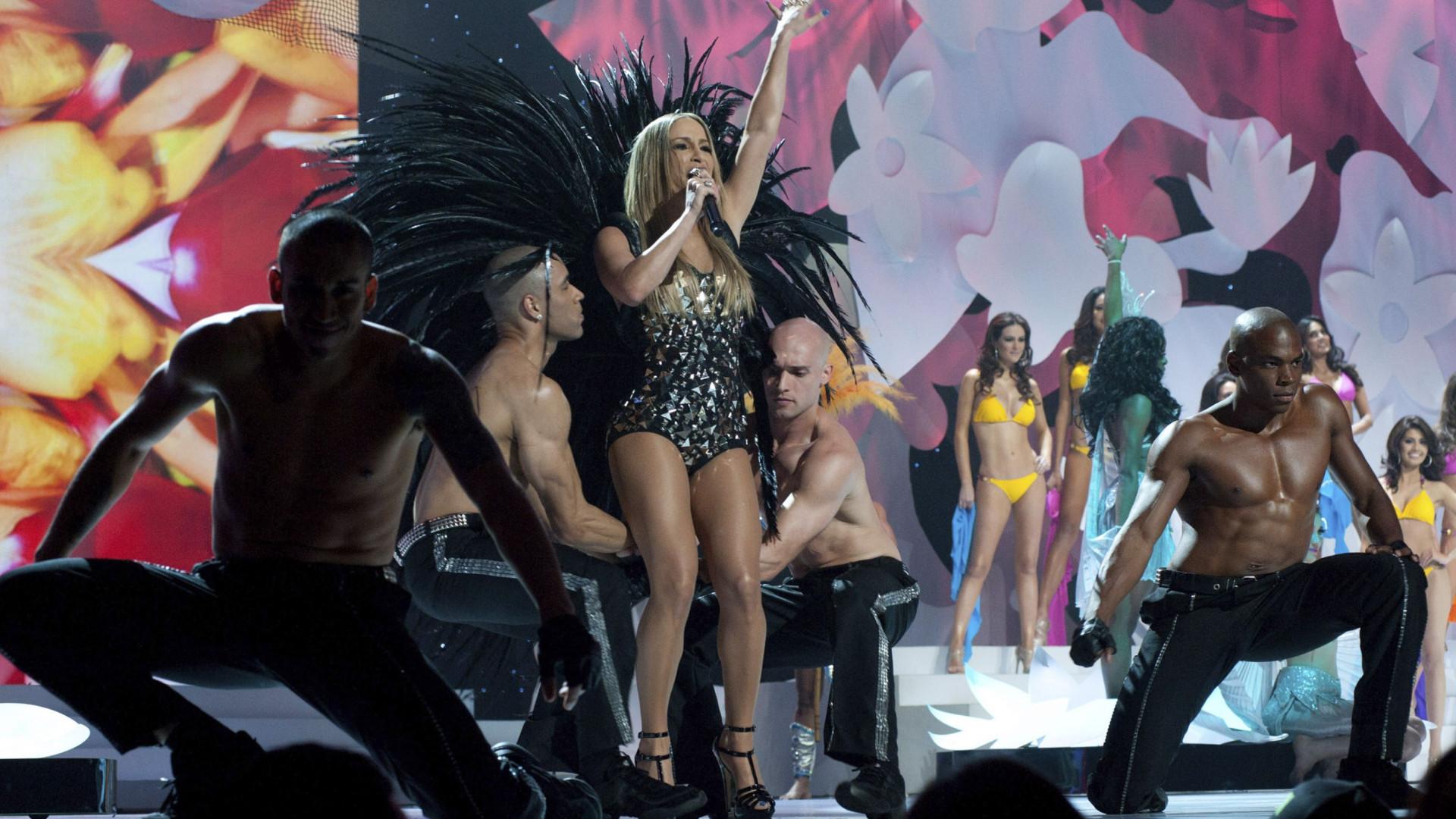 Claudia Leitte sobe atrasada em trio  e foliões gritam por Ivete Sangalo