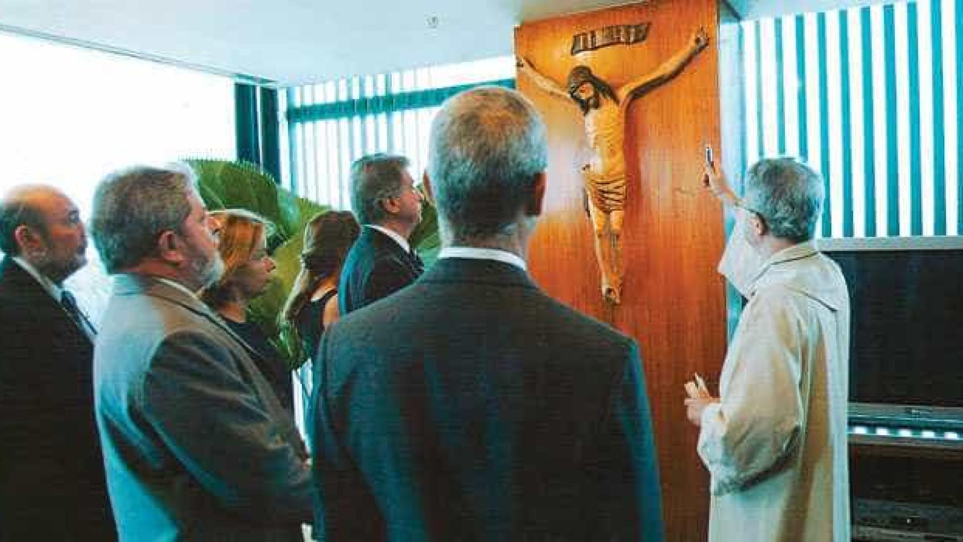 Revista Época se contradiz sobre Crucifixo de Lula