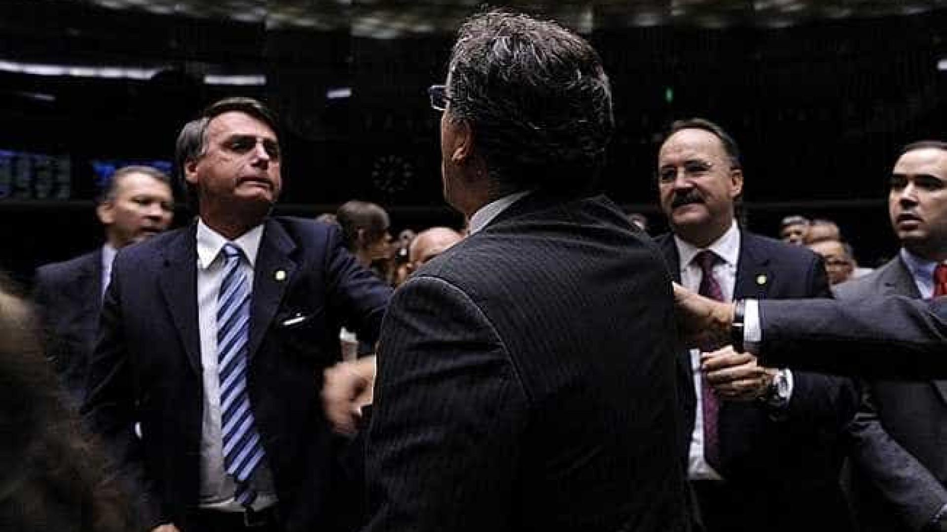 Bolsonaro diz que Exército livrou país de ditadura e cria confusão. Assista!