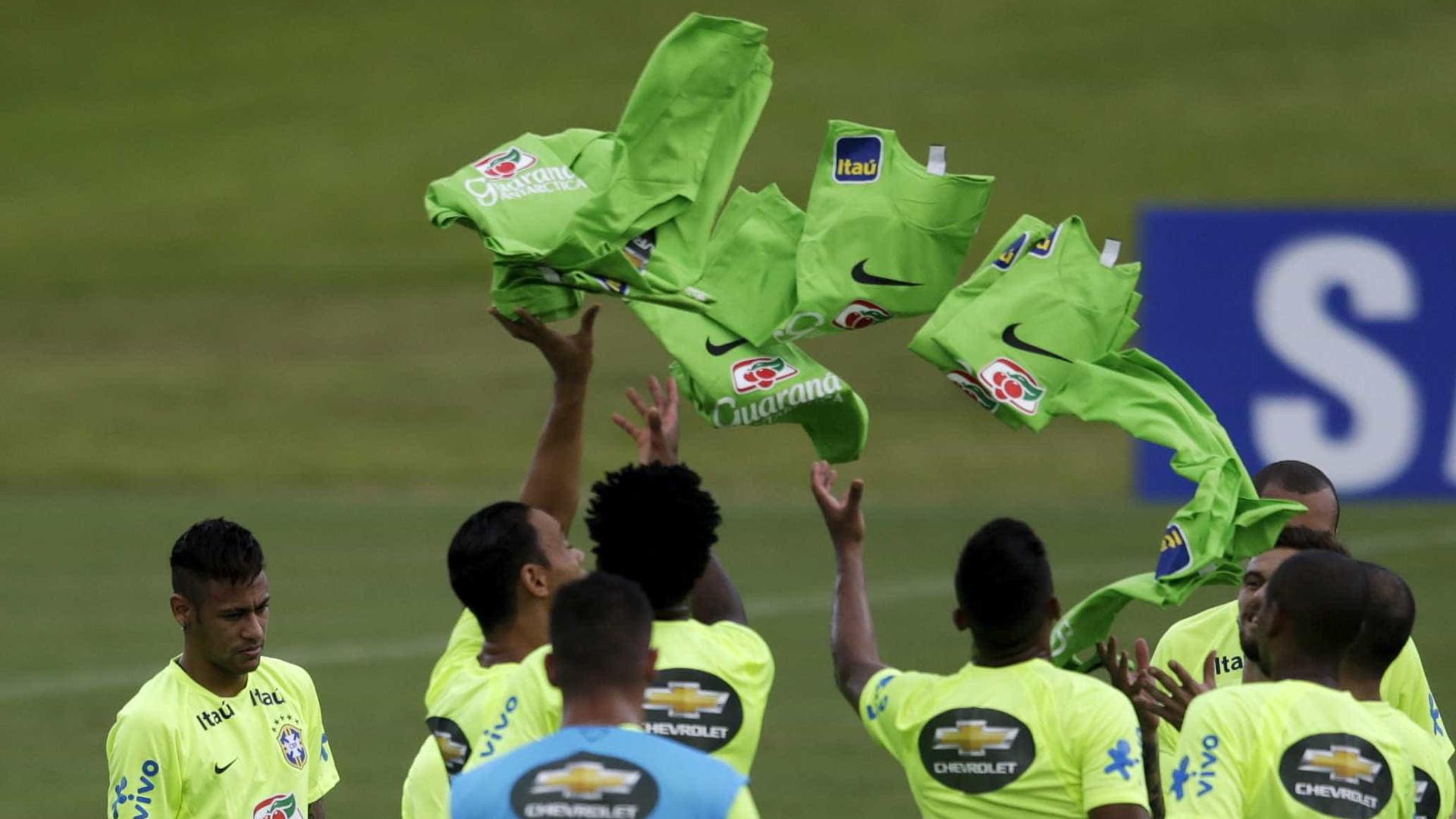 Seleção é recebida com festa no Recife para encarar o Uruguai