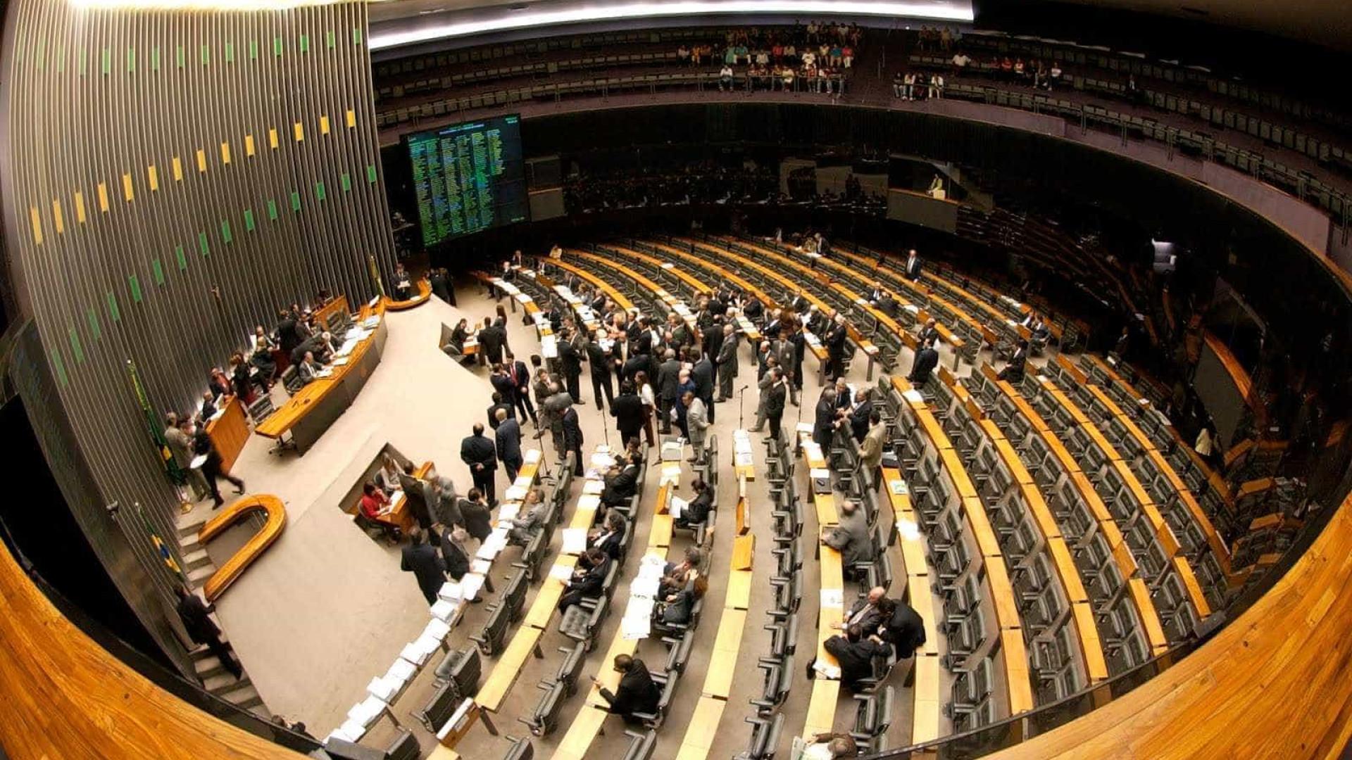 Devido a manifestações, Cunha manda esvaziar Câmara dos Deputados