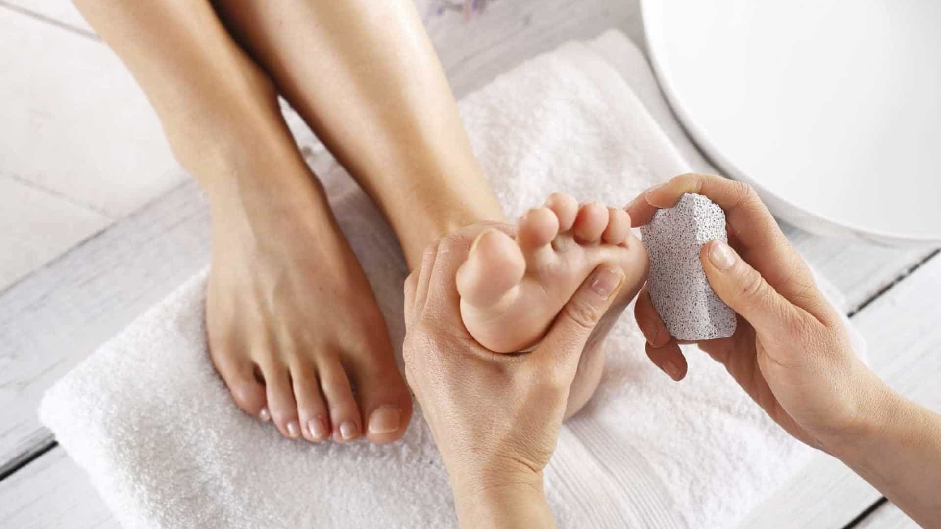 Aprenda a cuidar dos pés no frio e evitar rachaduras