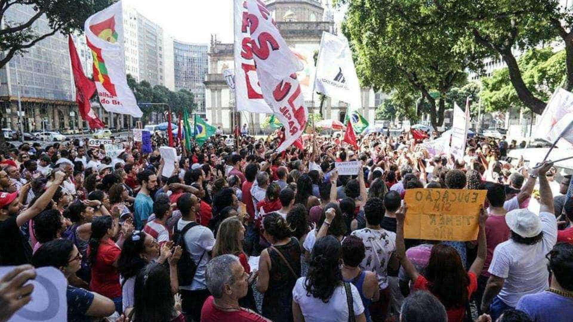 Manifestantes fazem protesto contra Temer no Rio