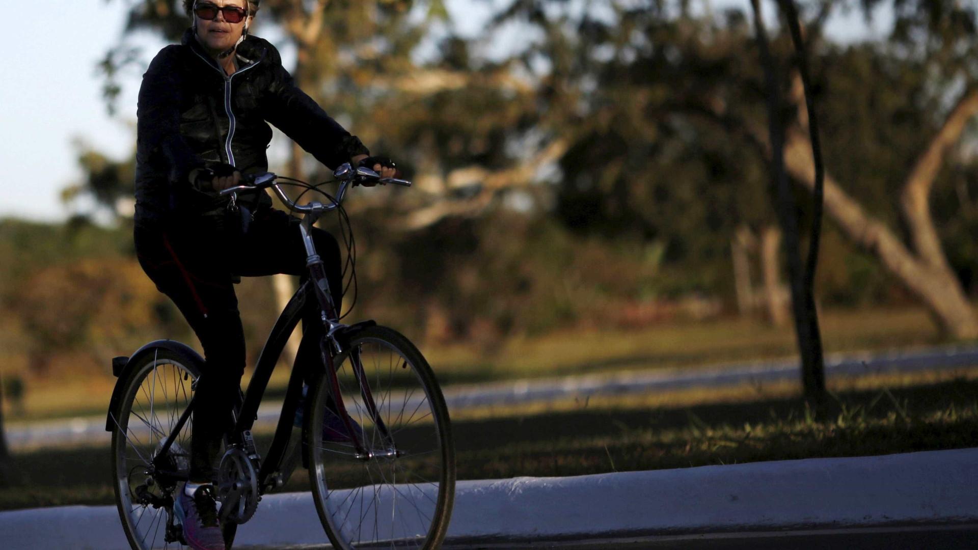 Dilma aproveita o domingo andando de  bicicleta em Porto Alegre