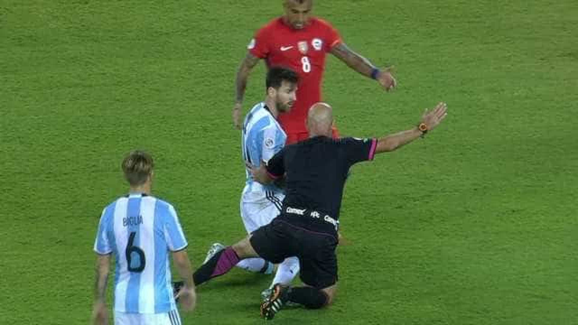 Chamado de 'cagón', juiz brasileiro protagonizou lance bizarro com Messi