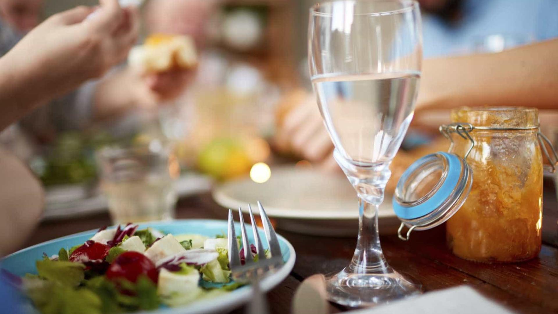 O que acontece com o corpo quando  se bebe água nas refeições?