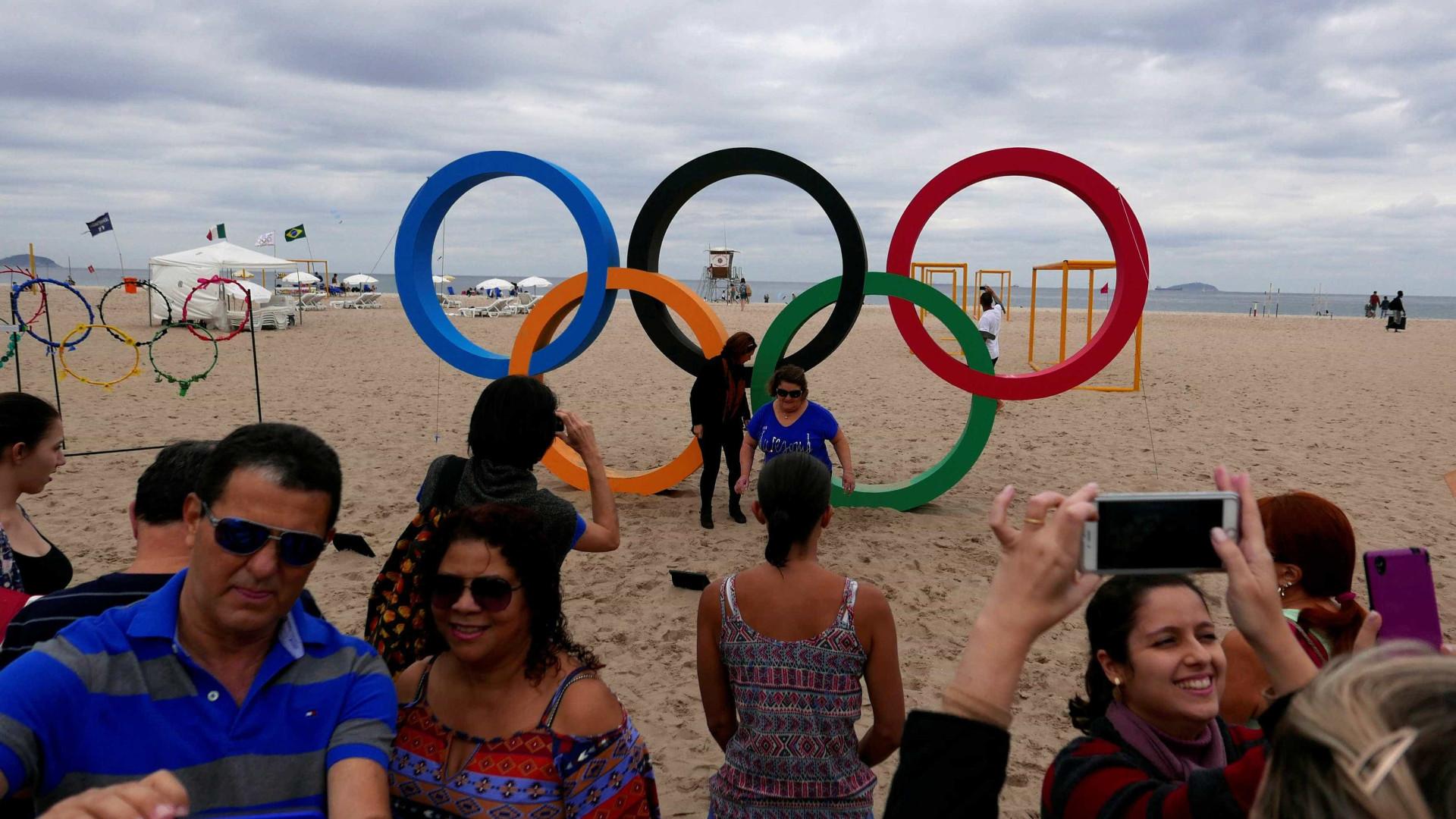 Anéis olímpicos atraem público e fila para  fotos chega a 15 minutos
