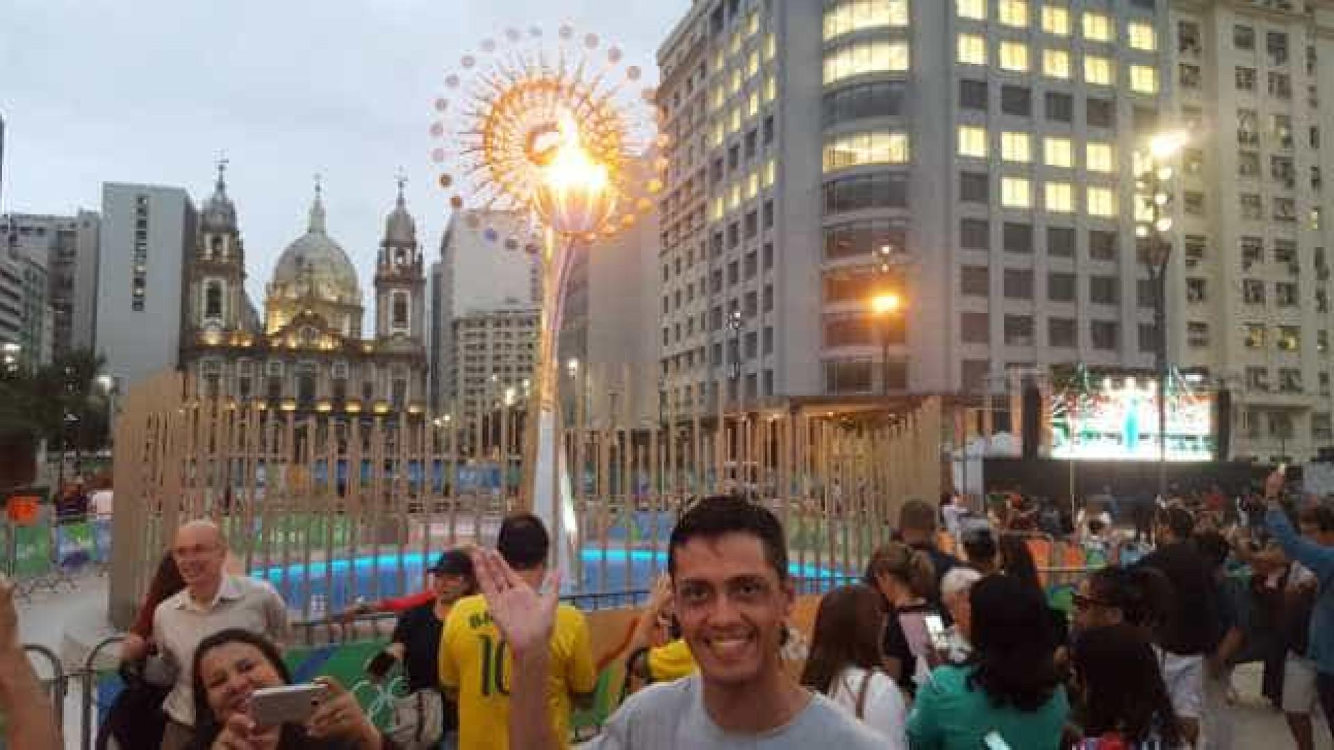 Pira Olímpica vira parada obrigatória para fotos na Candelária