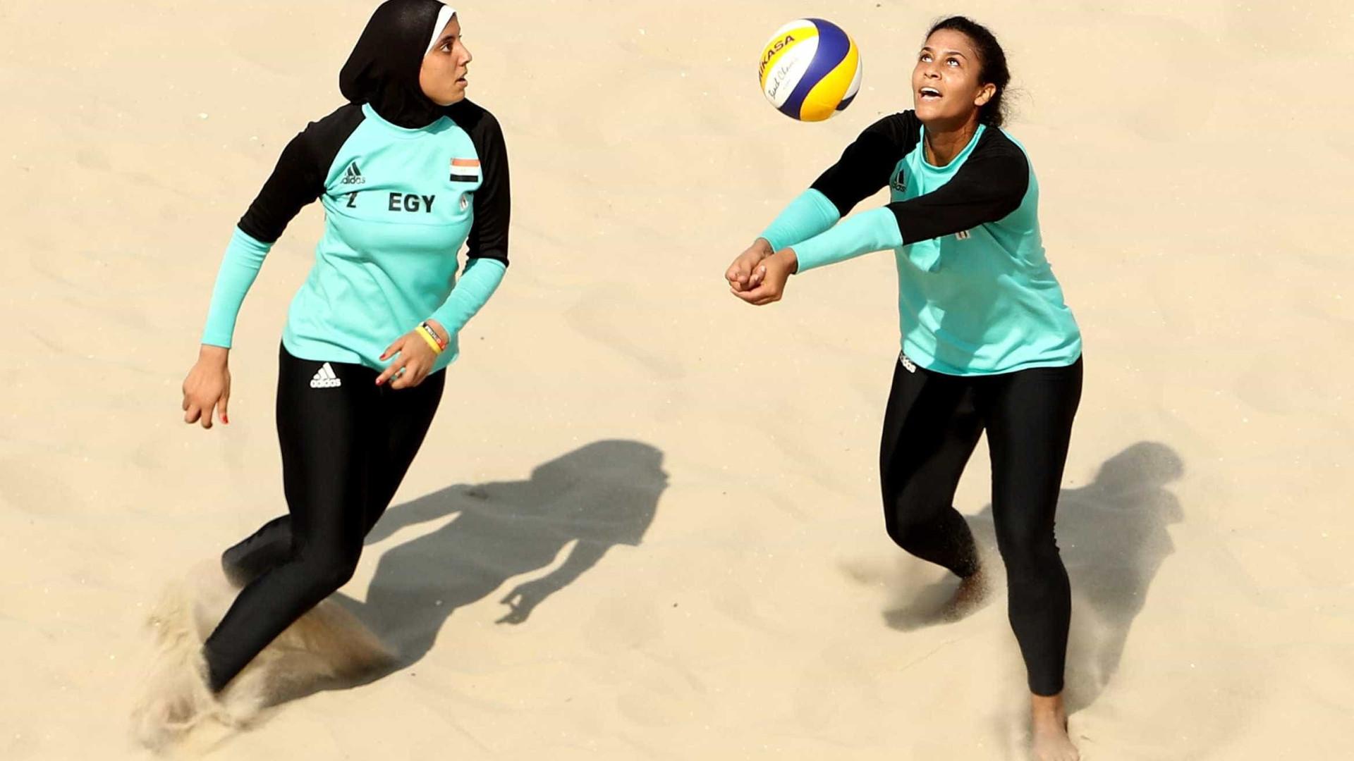 DJ do vôlei de praia toca  'É o Tchan' para deixar egípcias à vontade