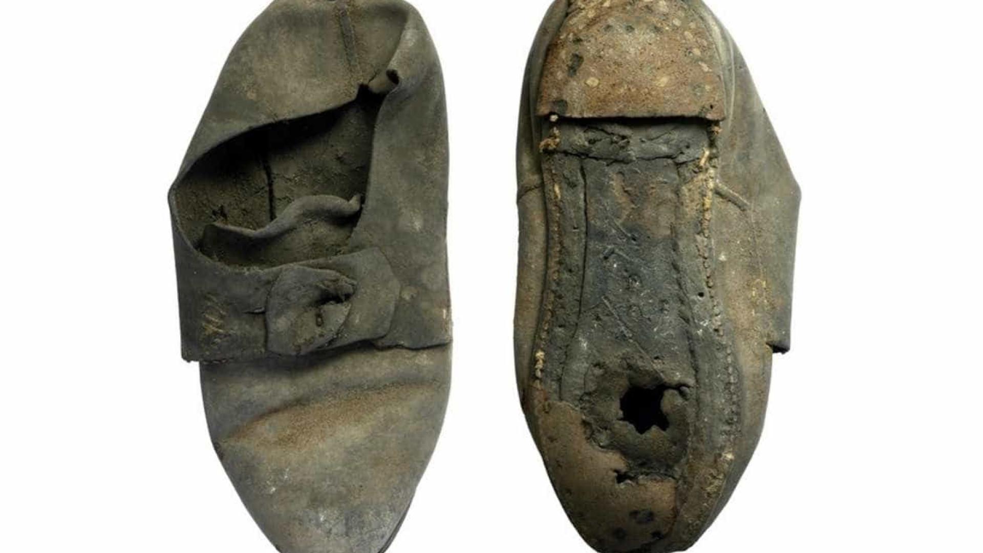 Sapato 'anti-demônios' é encontrado em parede de universidade