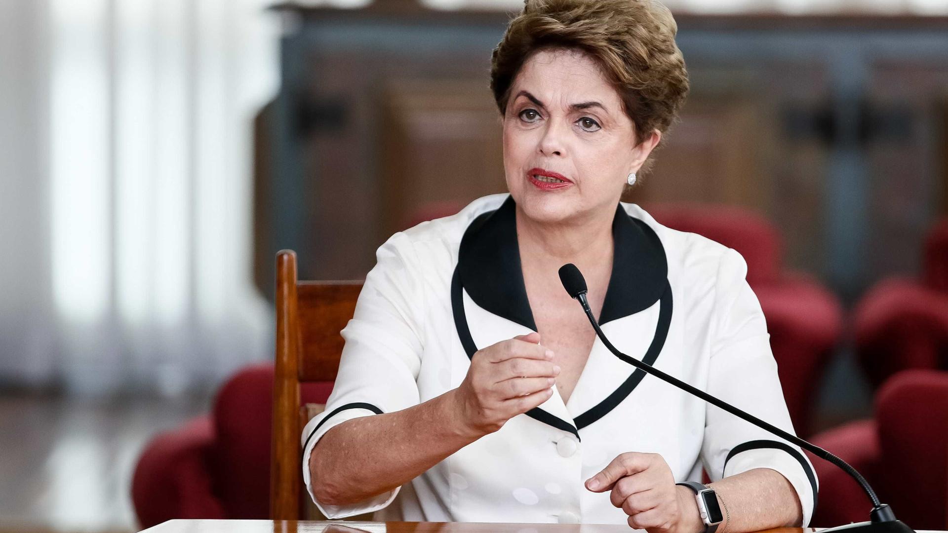 Dilma critica imprensa nacional  e alfineta Janaína Paschoal