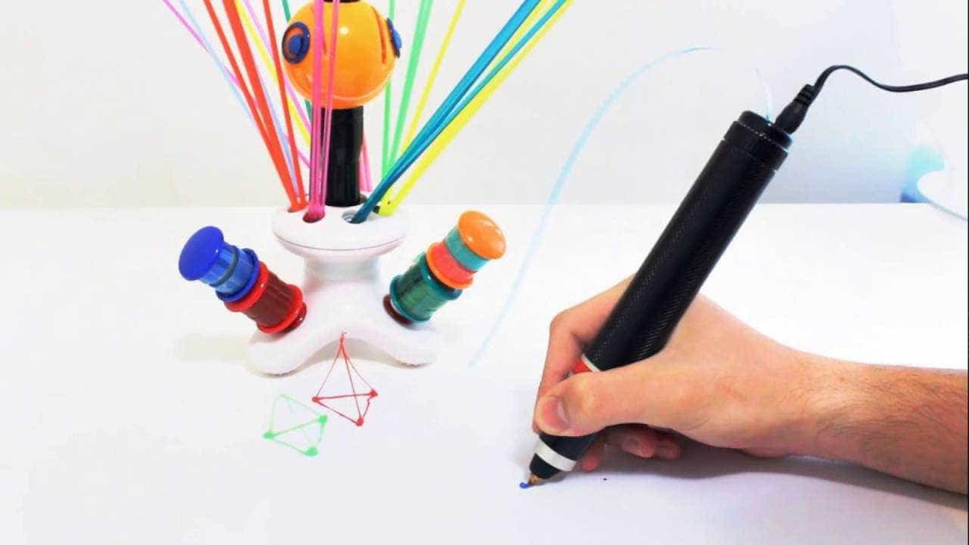 Caneta especial permite desenhar  em 3D com garrafa de plástico