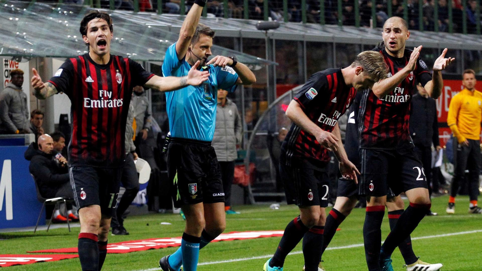 No estilo Fla x Flu, Milan bate Juventus em jogo polêmico