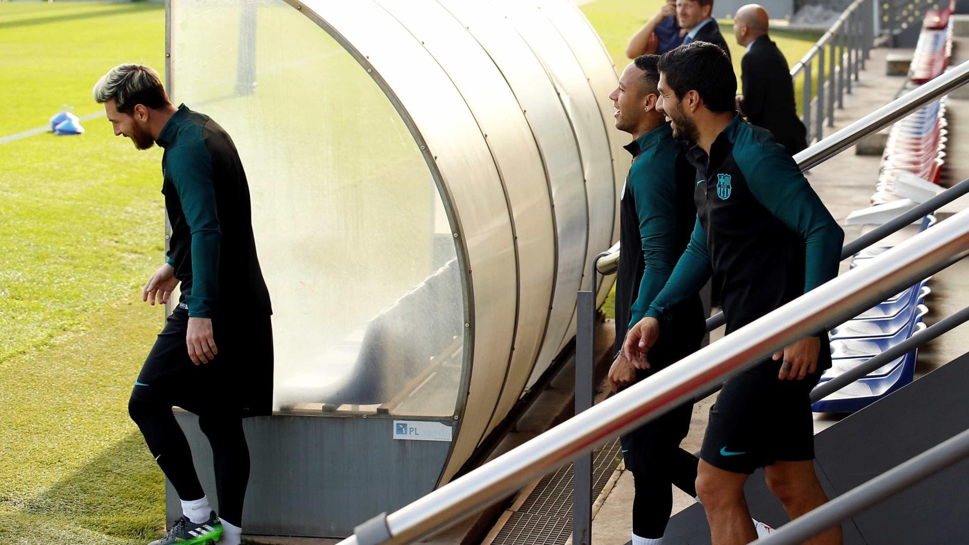 Suárez derruba boné de Neymar no chão e leva tapa do brasileiro