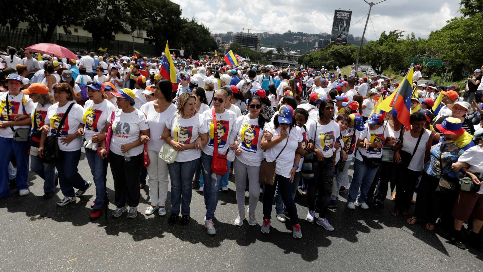 Manifestantes chavistas invadem sessão  do parlamento venezuelano