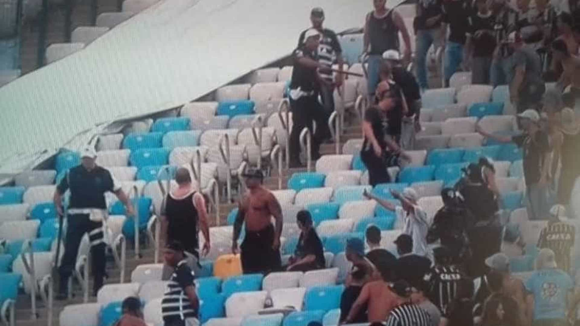 Corintianos entram em confronto com  policiais no Maracanã