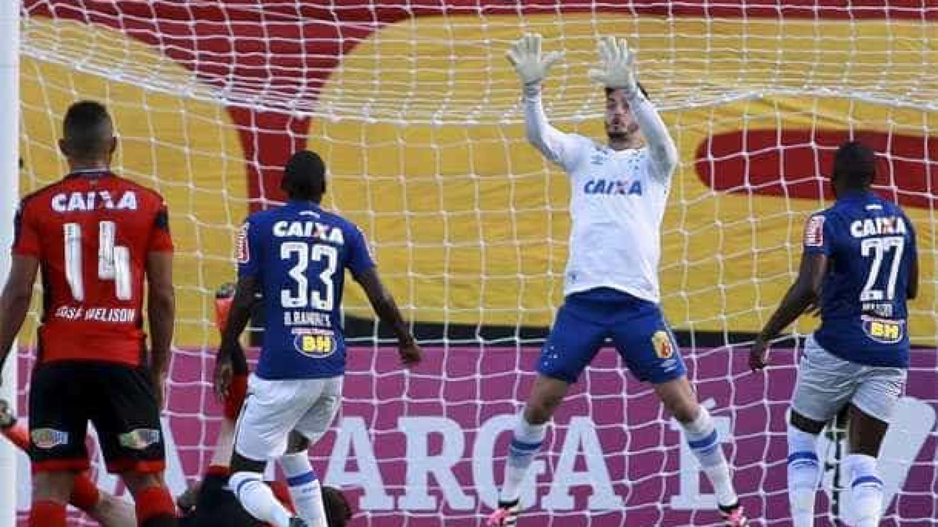Fora de casa, Cruzeiro bate o Vitória e se afasta da degola
