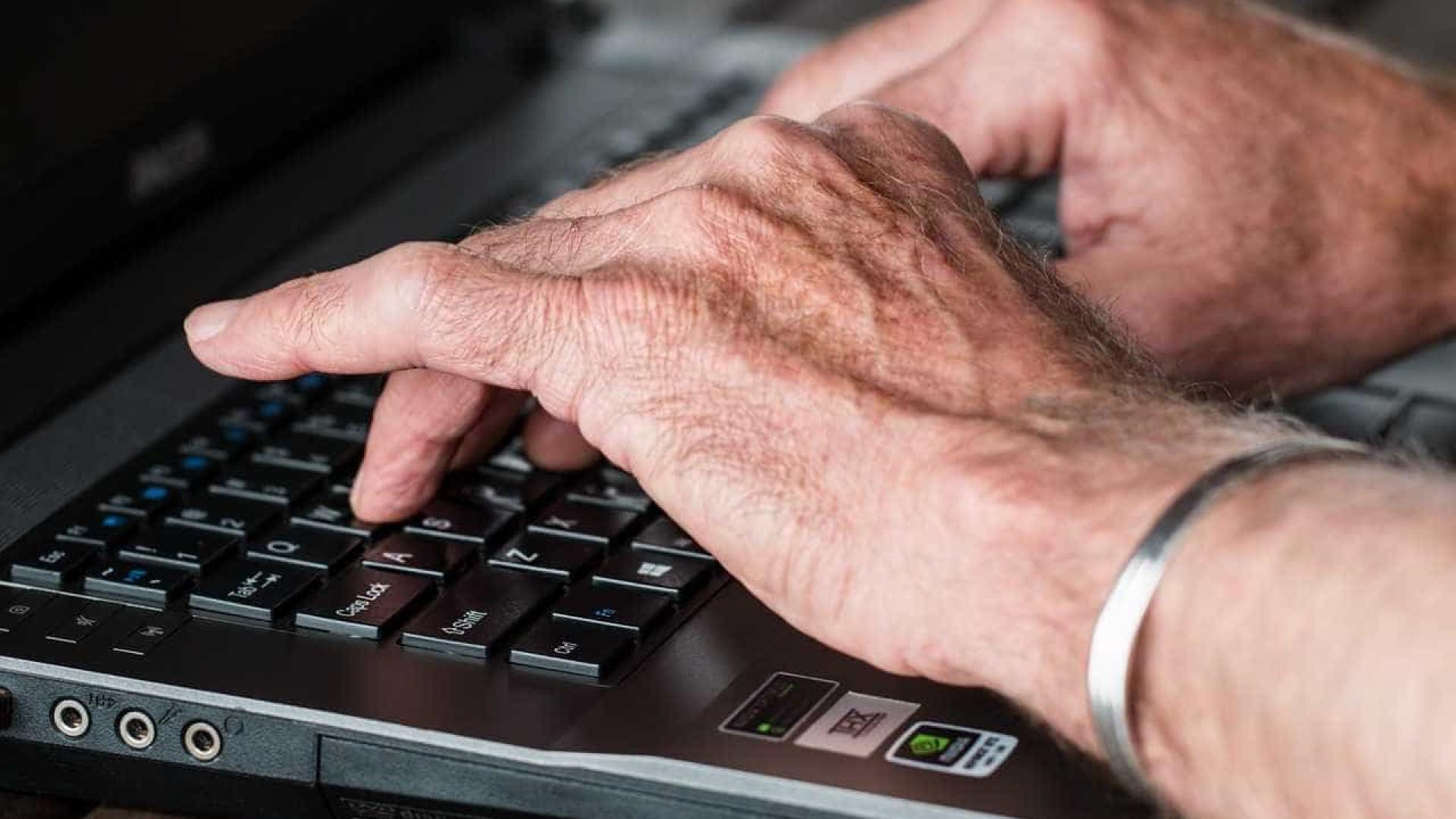 Idosos usam internet para combater solidão, diz pesquisa