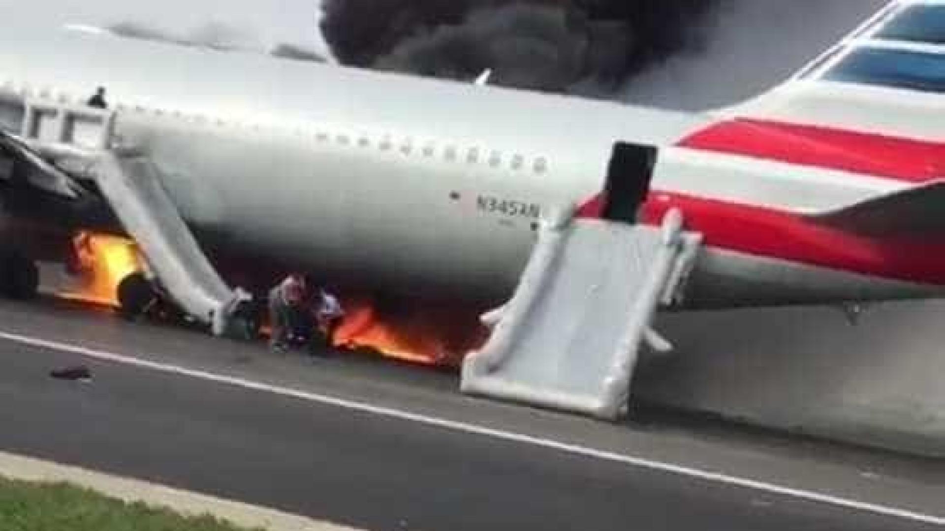 Avião pega fogo em aeroporto  de Chicago e causa pânico; veja