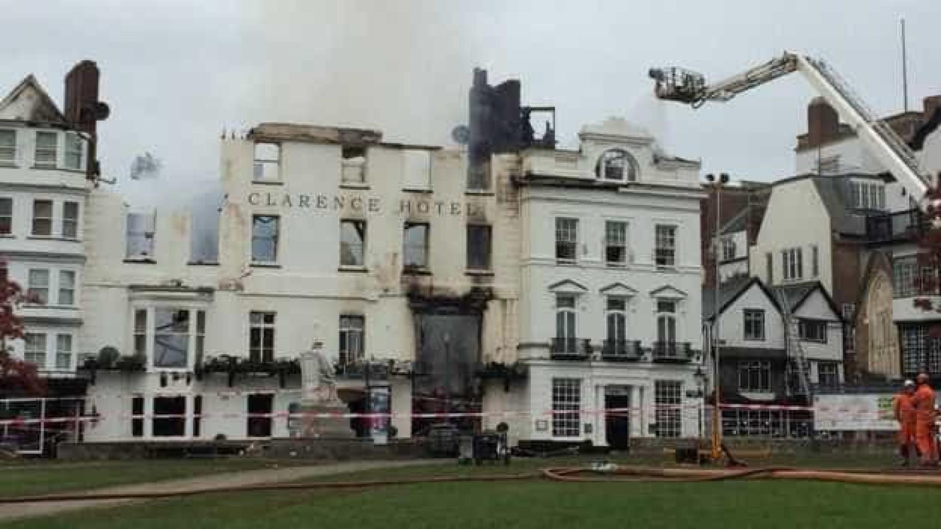 Incêndio destrói hotel considerado o mais antigo da Inglaterra