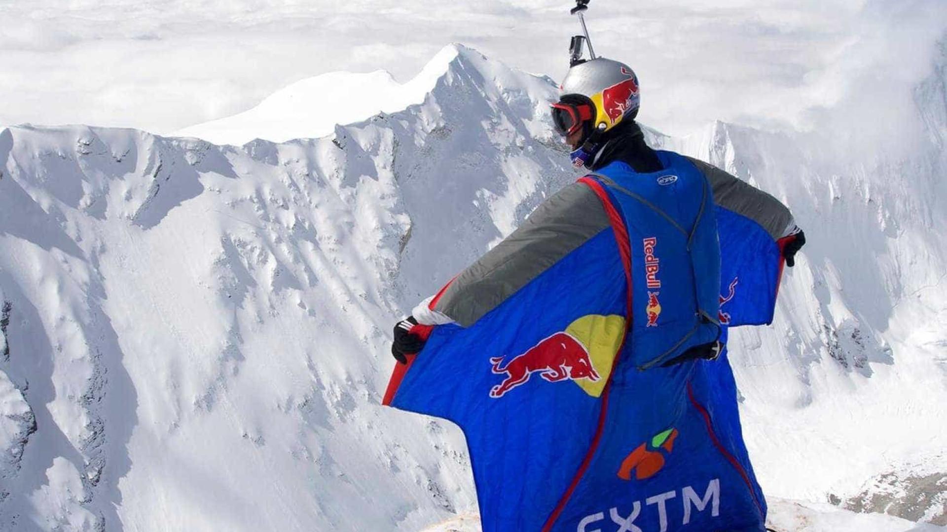 Basejumper bate recorde a quase 8 mil metros no Himalaia; veja o salto