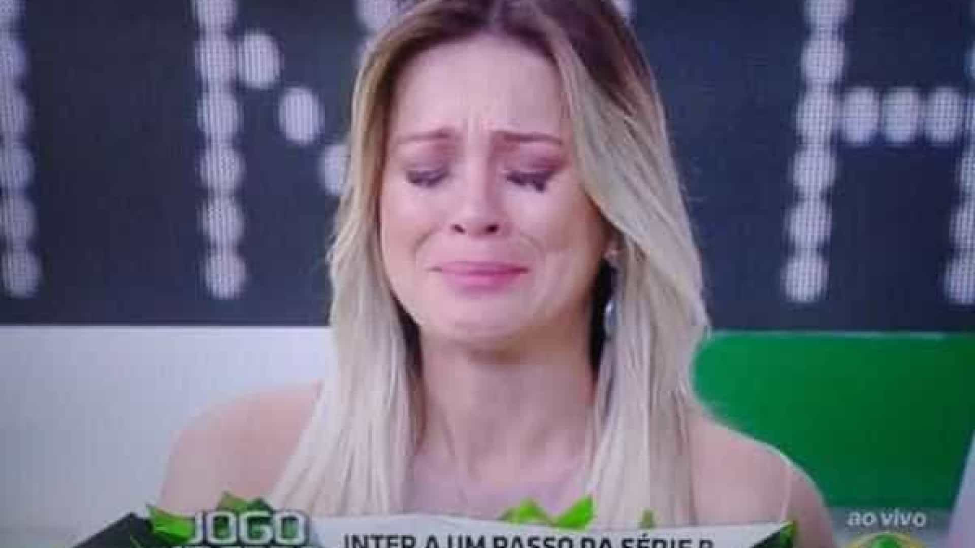 Renta Fan cede à pressão de Denílson e chora ao vivo no 'Jogo Aberto'