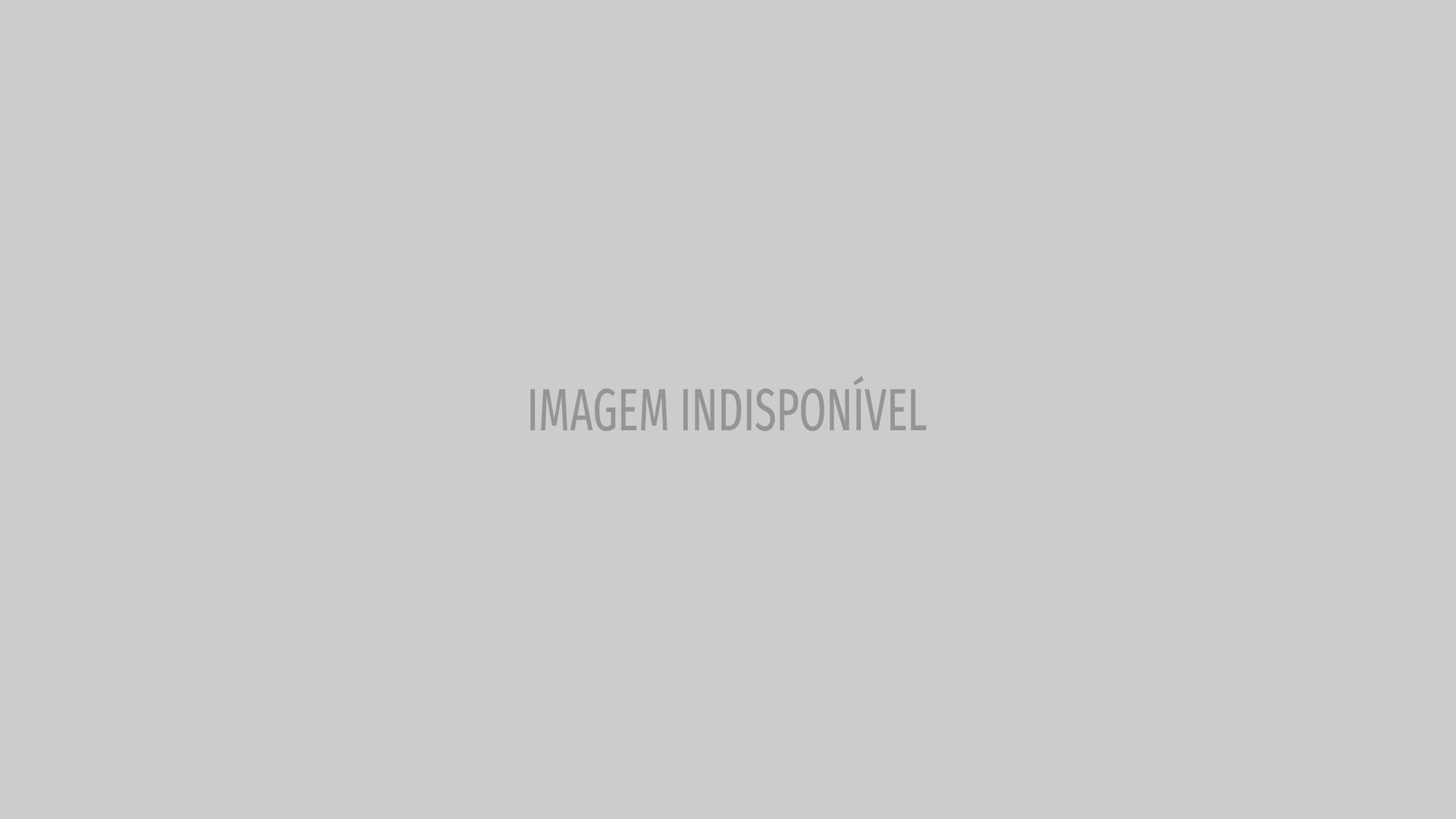 Alinne Moraes faz inveja com galãs de Rock Story 'babando' por ela