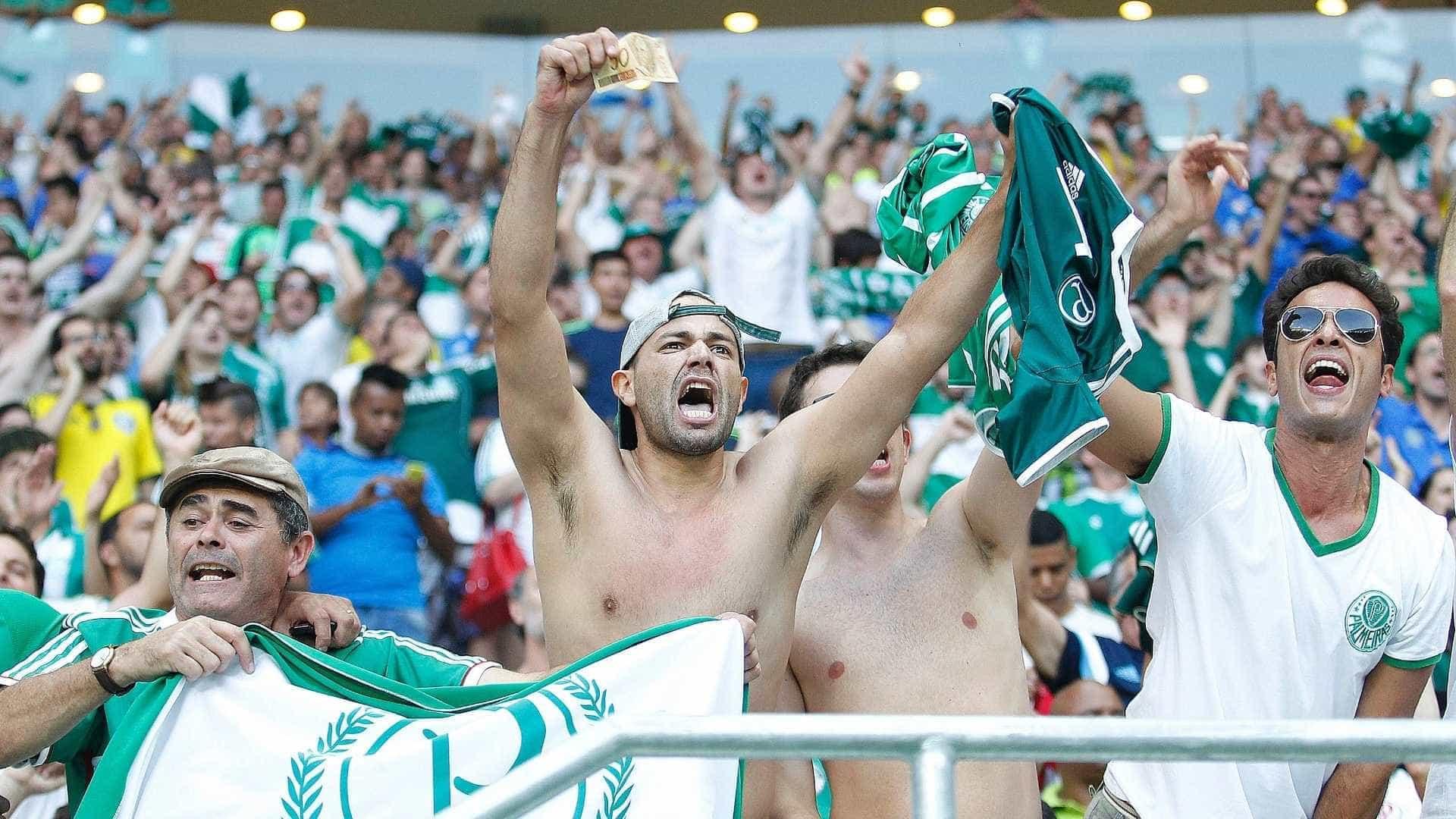 Torcida do Palmeiras comemora gol do 'visitante' Corinthians