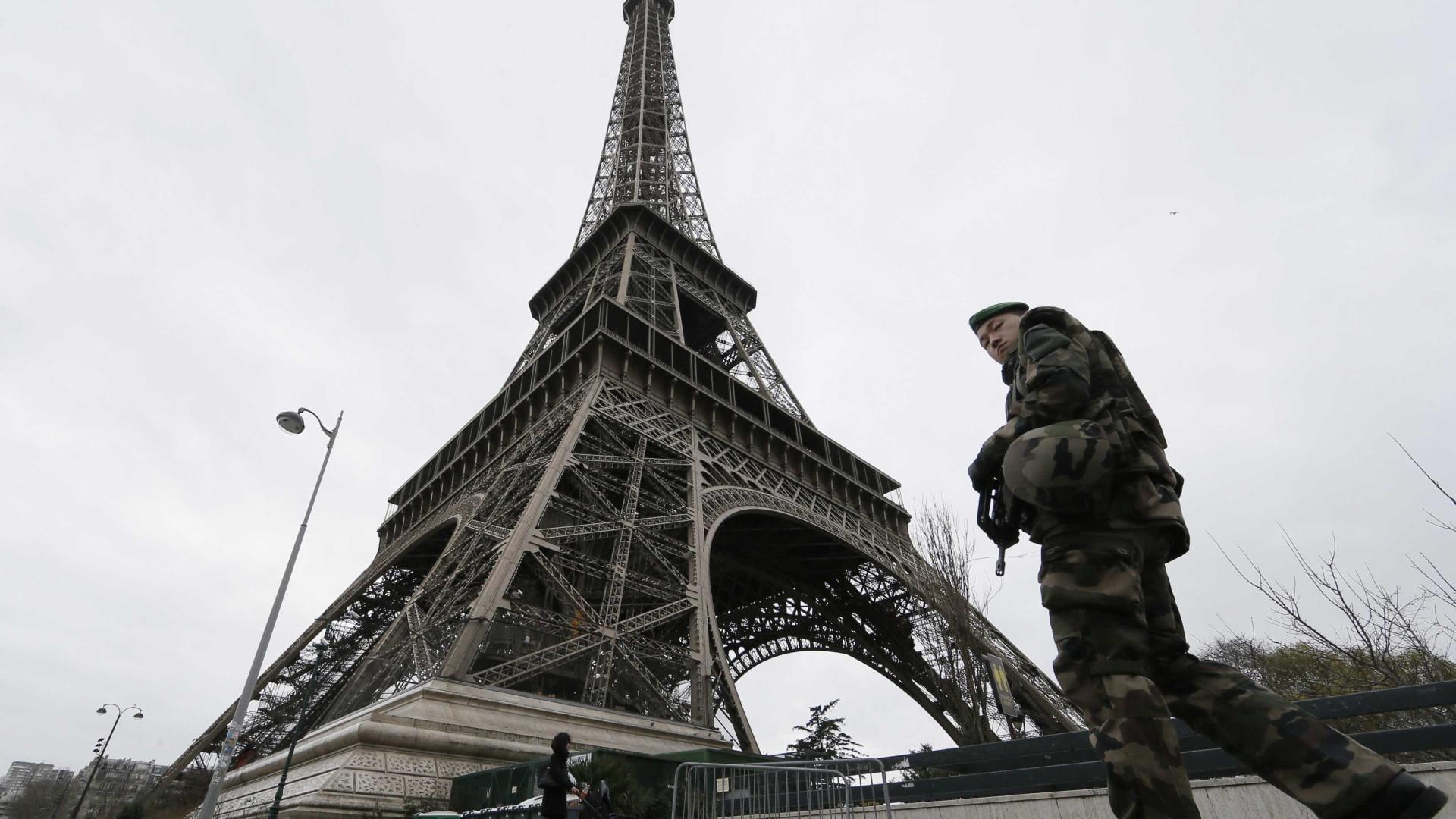 Paris vai cercar Torre Eiffel  com muro de vidro à prova de balas