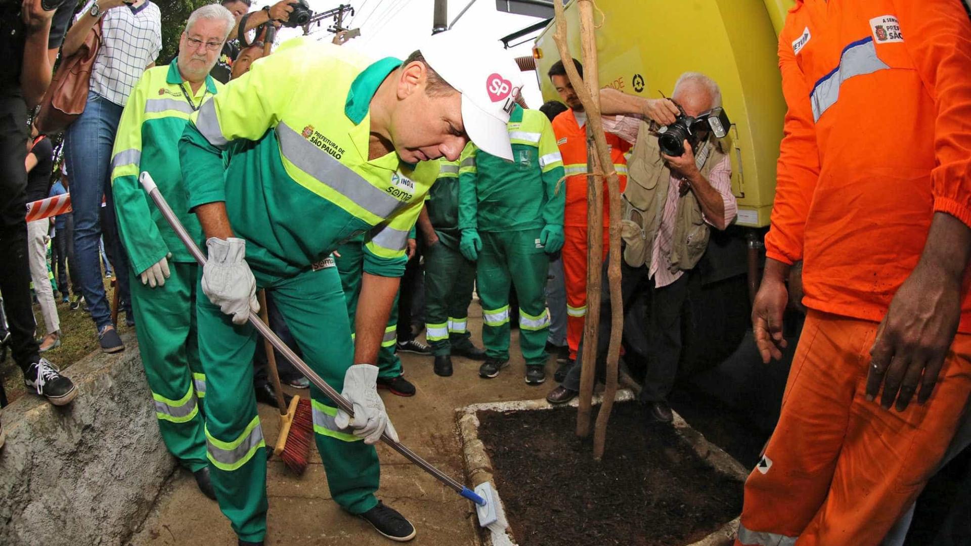 Doria participa de operação tapa-buracos em São Paulo