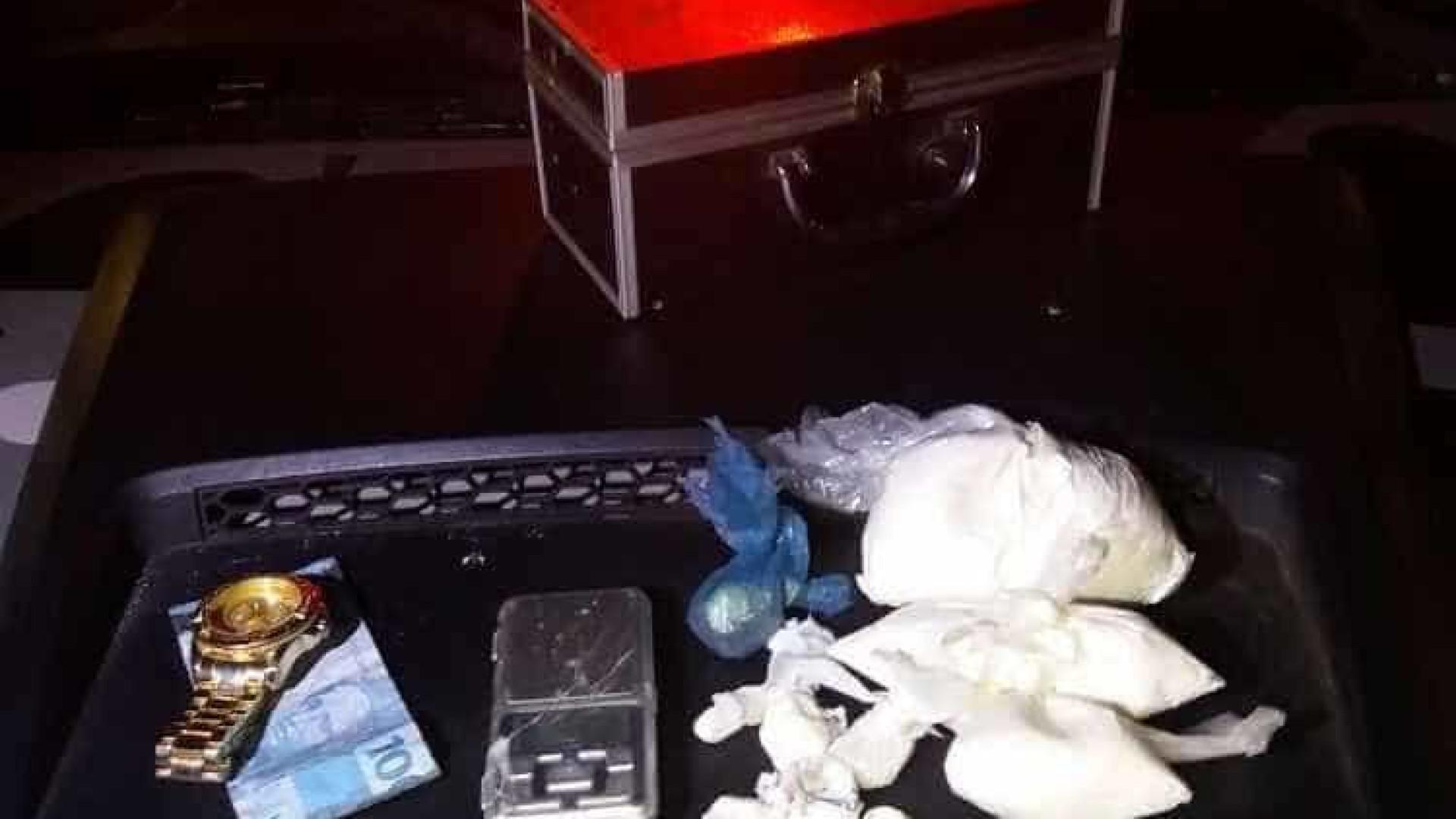 PM encontra drogas com grupo  que comemorava saída de preso