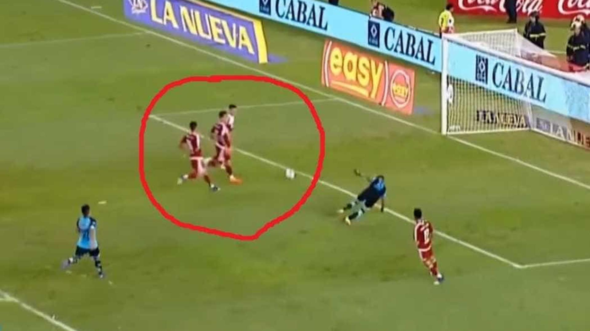 Inacreditável! Jogador do River Plate perde gol 'feito' na Argentina