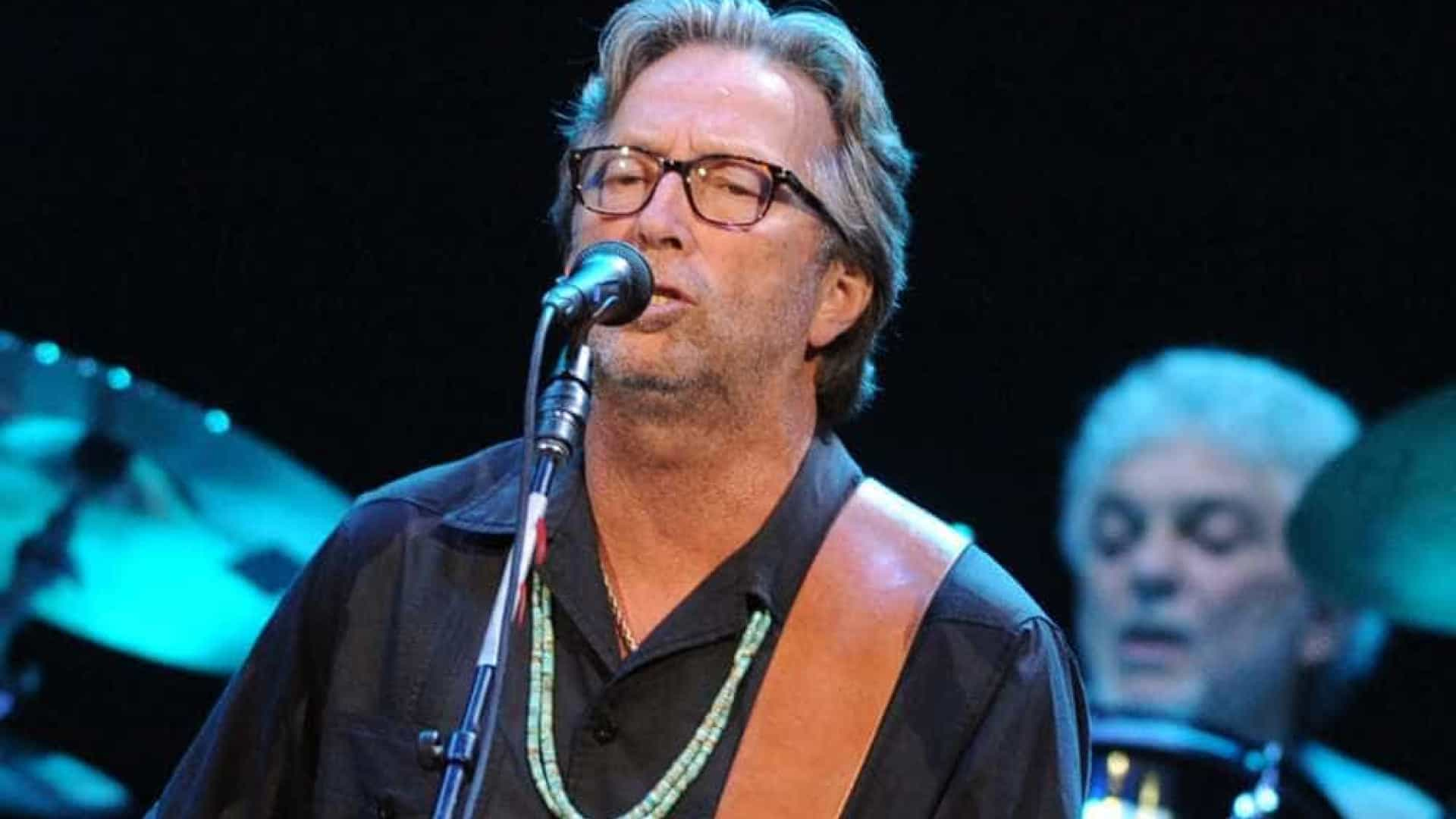 Debilitado, Eric Clapton é flagrado em cadeira de rodas em aeroporto
