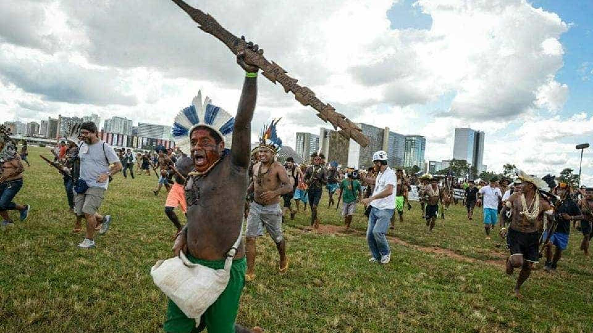 Índios fecham Esplanada em ato por demarcação e PM reage com violência