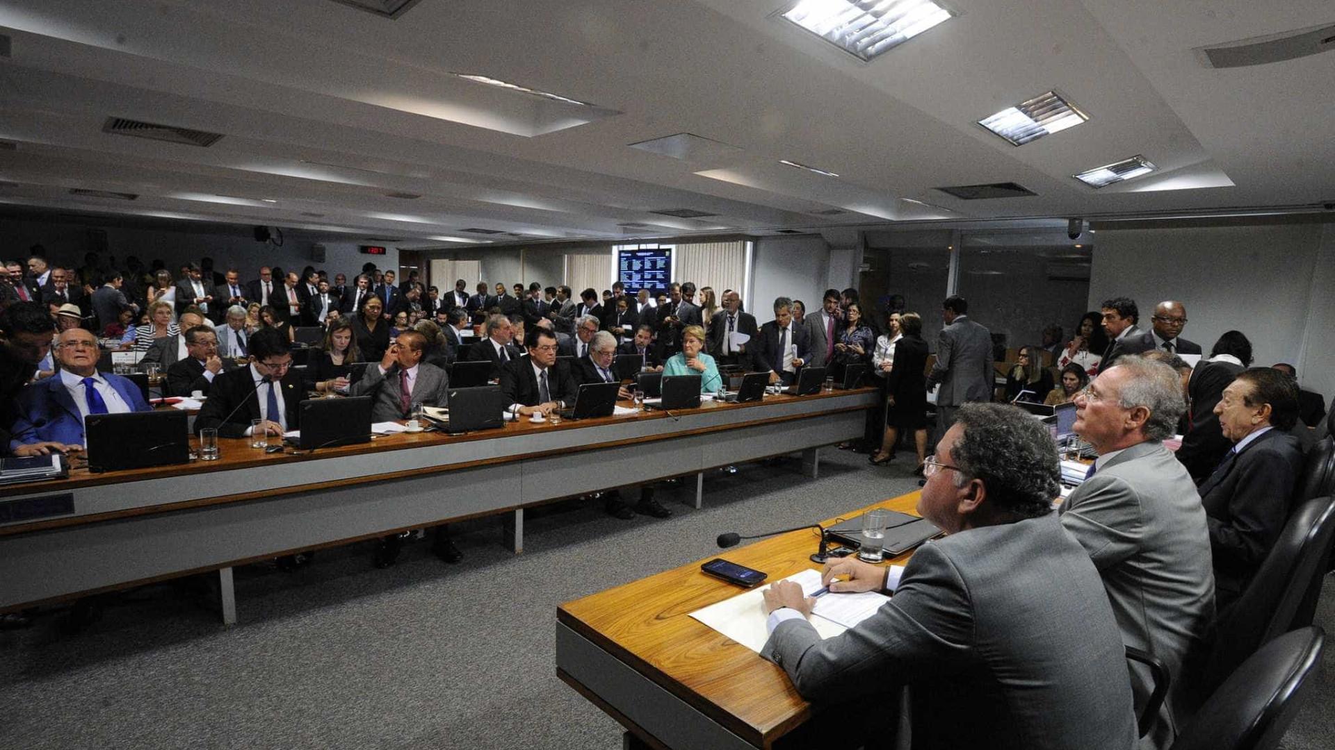 Senadores são hostilizados após aprovação  de propostas na CCJ