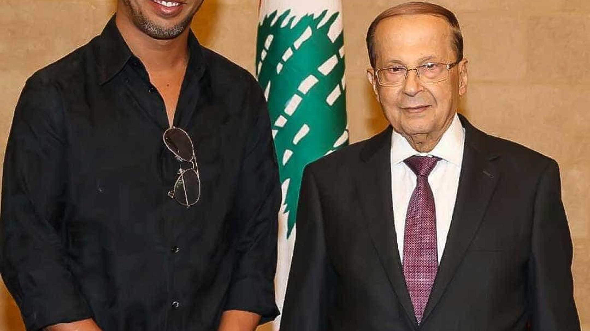Ronaldinho chega ao Líbano e é recebido pelo presidente do país