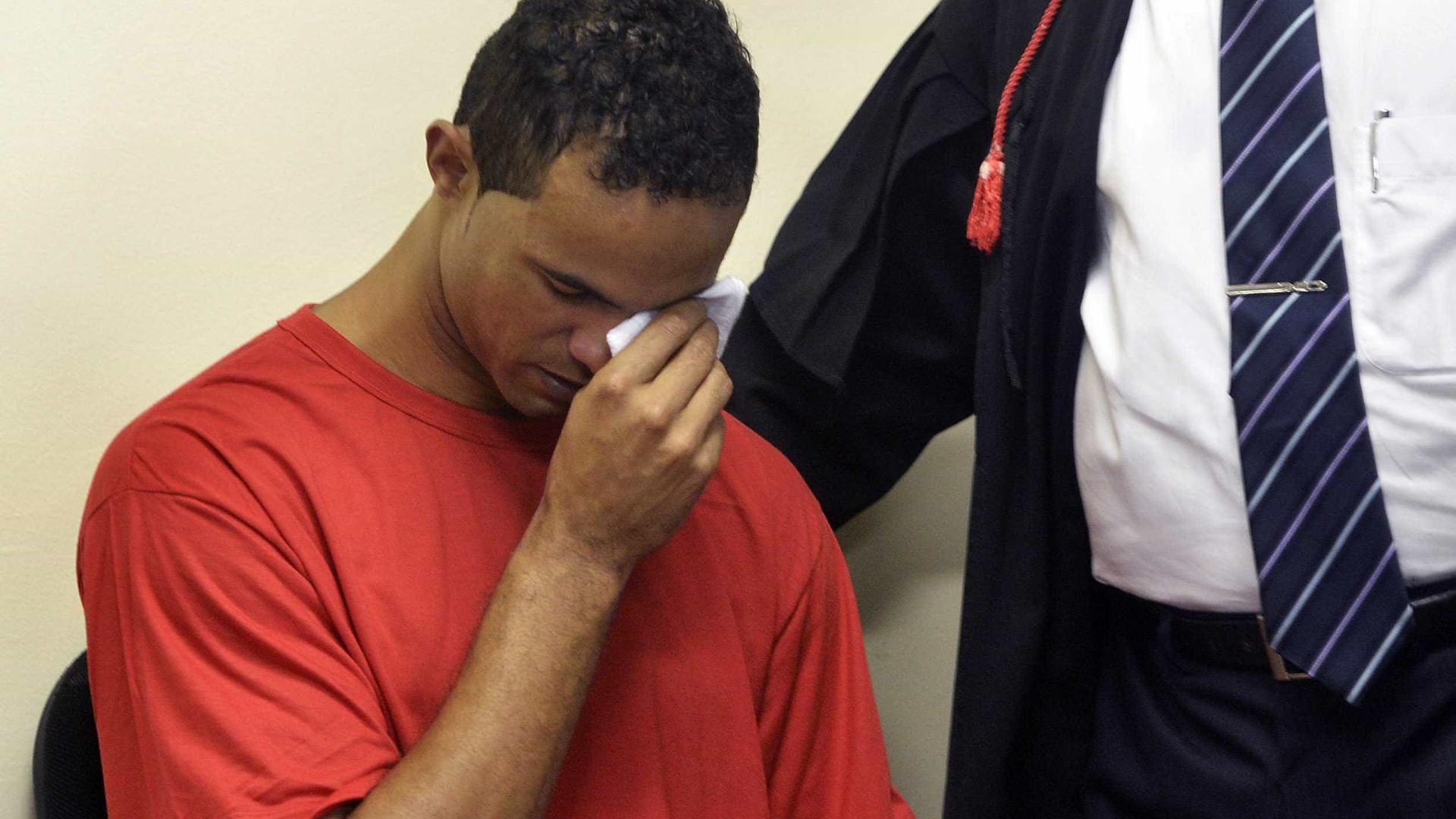 Goleiro Bruno se entrega à polícia e já está preso