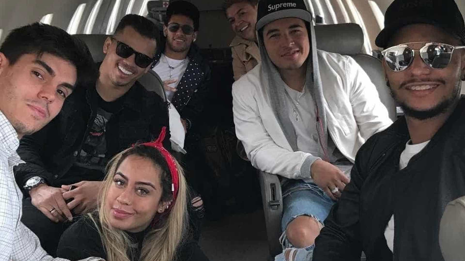 Neymar posta foto com irmã e David Brazil em jatinho particular